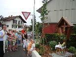 Der Rheindorfer Pfarrer Thomas Sauter weihte am vergangenen Samstag das neue Wegkreuz.
