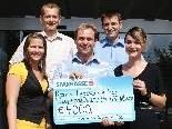 Die Mitarbeiter der Sparkasse Egg spenden den Krankenpflegevereinen 4000 Euro.
