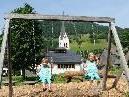 Die Zwillinge Selina und Elena auf dem Spielplatz in Mellau