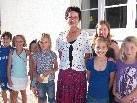 Dir. Helga Bellak in ihrer letzten Schulwoche in Fraxern mit einigen ihrer Schülerinnen und Schüler.