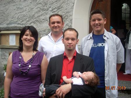 Eltern  Daniela und Andreas Falch mit Taufpaten Dietmar Fiereder und Maximilian Schöpf.