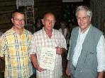 Gratulierten ihrem Sangesbruder Josef: li. Chorleiter Rainer Frick, re. Obmann Manfred Hosp