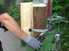 Holzspalten kein Kinderspiel (Quelle: www.SichereGemeinden)