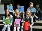 Kinder schreiben in den Ferien ein Buch.