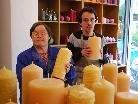 Melitta Olipic und Thomas Wittwer beim Herstellen von Bienenwachskerzen