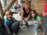 Susanne  erklärt den Kindern den Umgang mit Katzen