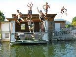 lustige Sprünge vom Dach in den Teich zu machen, war für die Jungs ein tolles Erlebnis