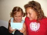 Auch Elena und Jaqueline freuen sich über den neuen Spielespaß