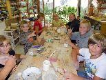 Begeistere Kinder beim Töpfern