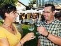"""Beim Weinfest von """"Camembert & Zweigelt"""" in Gaißau wurde mit guten Tropfen angestoßen."""