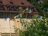 Bild: Friedensfahnen wehen auf dem Haus Herrengasse 5 in der Feldkircher Innenstadt.