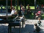 Bild: Klein und Groß genießen den herrlichen Spielplatz im Feldkircher Reichenfeld.