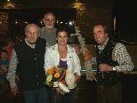 Bild: (v.l.) Josef Morik (sen.) Familie van Deursen mit Tochter Jolanda und Josef Morik (jun.) bei der Übergabe der Geschenke.