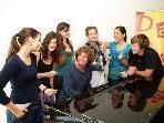 Chorleiter Martin Lindenthal mit Franziska, Larissa, Laura, Lisa, Magdalena und Adrian.