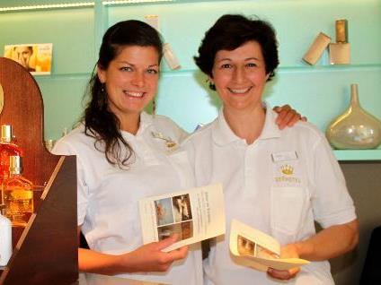 Elisabeth Hieble und Ursula Hillinger erwarten die Gäste im Spa-Bereich zur Massage.