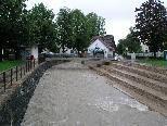 Freitagvormittag, der 30. Juli 2010: Der Wasserpegel des Emsbaches zeigt sich im Hohenemser Zentrum erhöht, bedeutete jedoch keinerlei Gefahr.