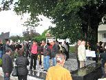 ParzellenbewohnerInnen und Gäste nahmen mit Freude den wunderbar gestalteten neuen Vorplatz in Beschlag und feierten gleich die Agape unter der alten Linde