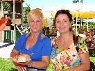 Sonja und Anita genossen das Fest und eine schmackhafte Wurst.