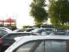 ca. 400 Autos stehen an einem strahlenden Sommertag am Rohrspitz