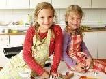 Anna und Ricarda hatten viel Spaß beim Kochen und Backen.
