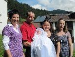 Bei strahlendem Septemberwetter wird Madlen Mangeng zur Taufe getragen