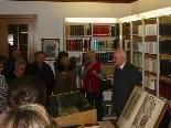 Bild 1: Pfarrer Msgr. Gerhard Podhradsky bei einer Führung durch die Diözesanbibliothek.