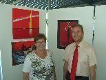 Bild: Die Künstlerin Gisela Eder mit dem Veranstalter Dir. Dipl. KH-BW Harald Maikisch, MSc, MAS , Verwaltungsdirektor in der Ausstellung.