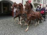 Bild: Ein ungewöhnliches Bild in der Marktgasse: Ein Dreispänner mit sechs Fahrgästen.