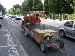 Bild: Nicht gerade ungefährlich ist der Beruf der Straßenmarkierers.