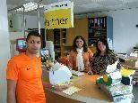 Bild: (v.l.) Gordana und Jelena Sikarac in Ihrer Post mit einem Kunden.