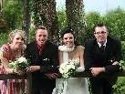"""Das """"just married"""" Paar mit den Trauzeugen posiert für den Fotografen"""