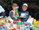 Der Spielzeugflohmarkt am Mittwoch weckte die Verkaufstalente bei den jungen Anbietern.