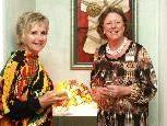 Die Künstlerinnen Dorothea Frühwirth und Anita Bitschnau bei der Ausstellungseröffnung