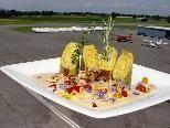 """Die kreative Küche im Flugplatzrestaurant mit mit """"all inklusive Packages"""" ist sehr beliebt."""