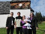 Die stolzen Eltern und Taufpaten mit dem herzigen Baby vor der St. Agatha Kapelle.