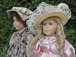 Diese beiden hübschen Puppen erhielt die Pfarrgemeinde Tschagguns als Sachspende für den Flohmarkt zugunsten der Kirchenrenovierung.