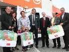 GF Dietmar Hefel (Bildmitte) überreichte symbolisch die großzügige Spende an Kinderbettware.