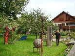 Gernot Riedmann freut sich über das öffentliche Interesse an seinem Skulpturengarten mit dem Fatima-Bildstöcklein.