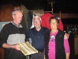Manfred Battisti (Mitte), Obmann Gütler Bergheim, überreicht Franz und Helga Seiss eine Urkunde als Dank für fast vierzigjährige Betreuung des Gütler Bergheims