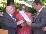 Manfred Schuler überreicht Altbürgermeister Leite die Ehrenurkunde des Blindenverbandes.
