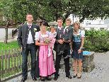 Marita Stemer und Florian Köberle mit Kindern und Trauzeugen vor der standesamtlichen Hochzeit am 10.9