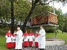 Prälat Hans Fink und Pfarrer Walter Metzler bei der Segnung der Familienkapelle.