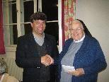 Provinzialoberin Sr. Condilia nimmt Spende für Mission entgegen