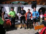 Rainer Battlog (Organisator) mit den Tagessiegern: 1. Felder Hannes Berglauf Team Bludenz