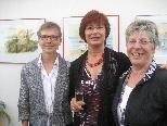 Rosalie Leitgeb und Theresia Hollenstein mit Künstlerin Maria Schindler.