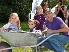 Spaß hatten Lena und Noah beim Schubkarrenfahren mit Papa Christoph.