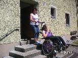 Admira wird von ihrer Mutter ins Haus gebracht.