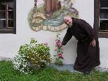 Bild: Bruder Gebhard zeigt mit Stolz seine Entdeckung im Kreuzganggarten.