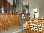 Bild: Obfrau Barbara Offner vor der alten Orgel.