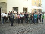Bild: Stadtbibliothekar Albrecht führte die MOHI-Helferinnen und Helfer durch die Stadt.